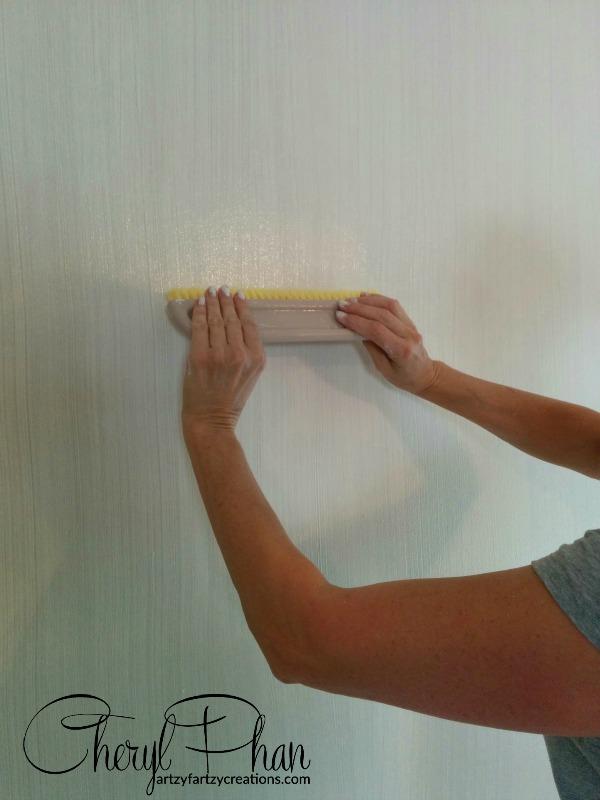Strie Wall Glaze dragging. Wallpaper Brush Technique